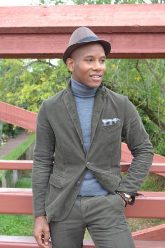 Cómo combinar: blazer de algodón verde oliva, jersey de cuello alto celeste, pantalón chino verde oliva, pañuelo de bolsillo de algodón de tartán en blanco y negro