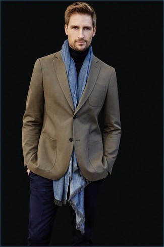 Cómo combinar: blazer verde oliva, jersey de cuello alto negro, pantalón de vestir azul marino, bufanda celeste