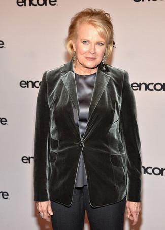 Moda para mujeres de 60 años en otoño 2020: Un blazer de terciopelo verde oscuro y un pantalón de vestir en gris oscuro son una combinación toda fashionista debe intentar ¡Nos encanta el atuendo! Es una solución excelente para este próximo invierno.