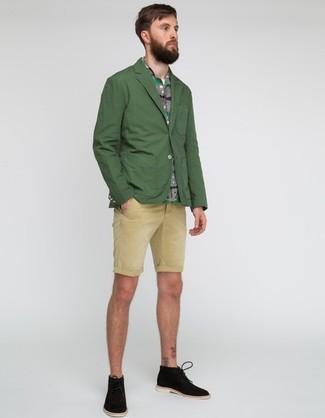 Cómo combinar: blazer verde oscuro, camisa de manga corta gris, pantalones cortos en beige, botas safari de ante negras
