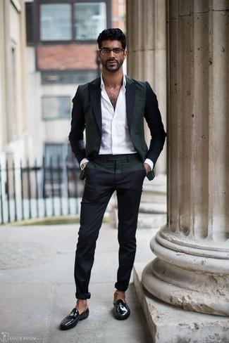 Cómo combinar una camisa de vestir blanca: Emparejar una camisa de vestir blanca junto a un pantalón chino azul marino es una opción inmejorable para un día en la oficina. Con el calzado, sé más clásico y opta por un par de mocasín de cuero negro.