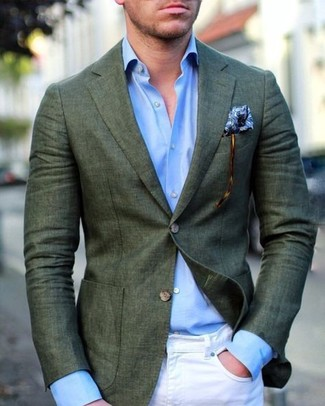 Cómo combinar: blazer verde oscuro, camisa de vestir celeste, vaqueros pitillo blancos, pañuelo de bolsillo estampado azul