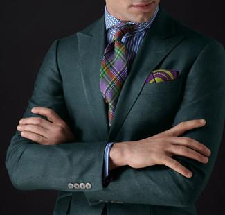Opta por un blazer verde oscuro y una camisa de vestir de rayas verticales en blanco y azul para las 8 horas.