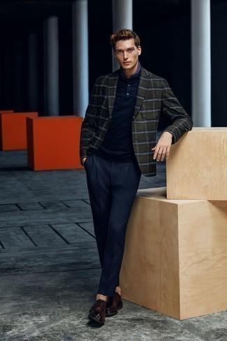Cómo combinar un blazer de tartán verde oscuro: Utiliza un blazer de tartán verde oscuro y un pantalón de vestir azul marino para rebosar clase y sofisticación. Zapatos derby de cuero en marrón oscuro son una opción inmejorable para completar este atuendo.