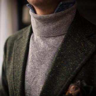 Cómo combinar: blazer de lana verde oscuro, jersey de cuello alto gris, camisa vaquera azul, pañuelo de bolsillo estampado verde oscuro