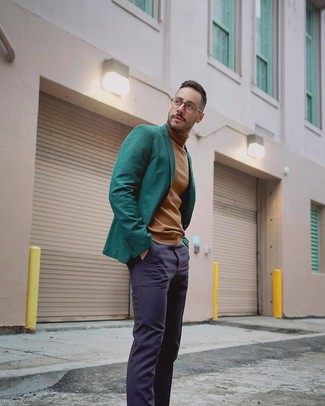 Cómo combinar: blazer verde oscuro, jersey de cuello alto marrón claro, pantalón de vestir azul marino