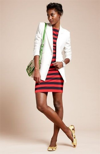 Cómo combinar: blazer blanco, vestido ajustado de rayas horizontales rojo, bailarinas de cuero amarillas, bolso bandolera de cuero verde