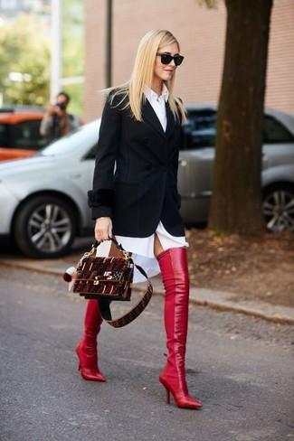 Cómo combinar: blazer negro, vestido camisa blanca, botas sobre la rodilla de cuero rojas, bolso bandolera de ante burdeos