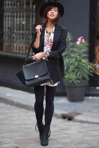 Ponte un blazer negro de Gucci y una vestido camisa con print de flores blanca y te verás como todo un bombón. Botines de ante negros dan un toque chic al instante incluso al look más informal.