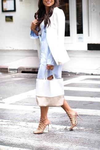 Cómo combinar: blazer blanco, vestido camisa celeste, camiseta sin manga blanca, sandalias de tacón de cuero en beige