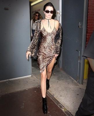 Cómo combinar: blazer de terciopelo de leopardo marrón, vestido camisola de seda de leopardo marrón claro, botines de cuero gruesos negros, bolso bandolera de cuero negro