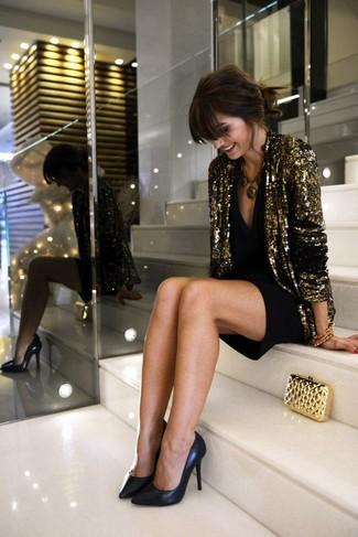 Considera ponerse un blazer de lentejuelas dorado y un vestido de fiesta negro para crear una apariencia elegante y glamurosa. Zapatos de tacón de cuero negros son una opción perfecta para complementar tu atuendo.