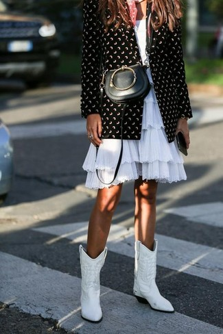 Cómo combinar un bolso bandolera de cuero negro: Un blazer estampado en negro y blanco y un bolso bandolera de cuero negro son una opción inmejorable para el fin de semana. Botas camperas de cuero blancas son una opción muy buena para complementar tu atuendo.