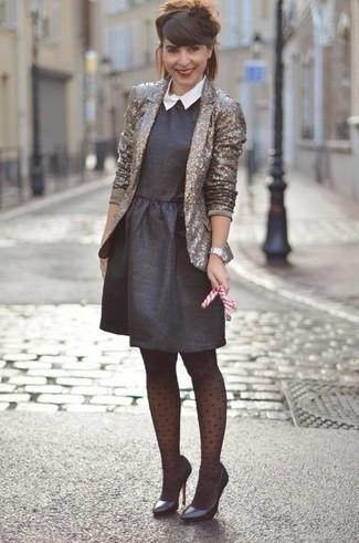 Cómo combinar un reloj plateado: Utiliza un blazer de lentejuelas dorado y un reloj plateado transmitirán una vibra libre y relajada. Zapatos de tacón de cuero negros son una opción excelente para completar este atuendo.