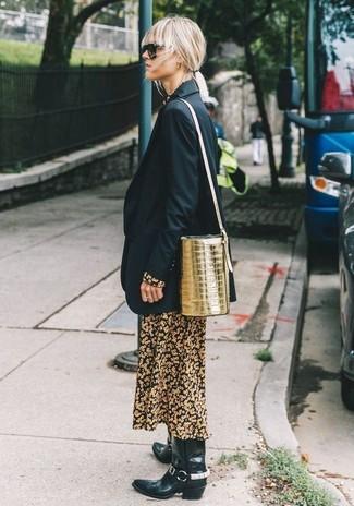 Cómo combinar: blazer negro, vestido largo con print de flores negro, botas camperas de cuero negras, mochila con cordón de cuero dorada