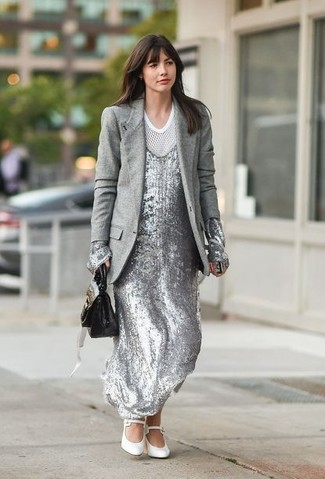 Cómo combinar: blazer de lana gris, vestido largo de lentejuelas plateado, camiseta con cuello circular de malla blanca, zapatos de tacón de cuero blancos