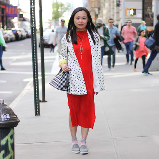 Cómo combinar: blazer a lunares en blanco y negro, vestido midi rojo, zapatillas slip-on grises, bolsa tote de cuero con estampado geométrico en negro y blanco