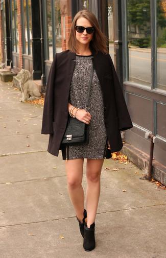 Cómo combinar: blazer negro, vestido recto de lana en gris oscuro, botines de ante negros, bolso bandolera de cuero con print de serpiente negro