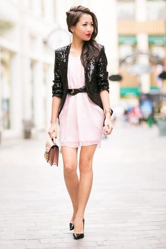 Cómo combinar: blazer de lentejuelas negro, vestido recto de gasa rosado, zapatos de tacón de cuero negros, cartera sobre de cuero rosada