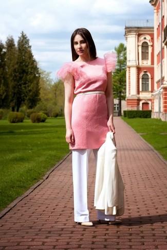 Cómo combinar: blazer blanco, vestido tubo rosado, pantalones anchos blancos, zapatos de tacón de cuero en beige