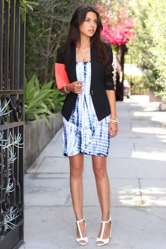 Cómo combinar: blazer negro, vestido tubo efecto teñido anudado azul, sandalias de tacón de cuero blancas, cartera sobre de cuero rosa