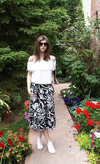 Cómo combinar: blusa campesina con volante blanca, falda midi con print de flores en negro y blanco, chinelas de cuero blancas, gafas de sol en marrón oscuro