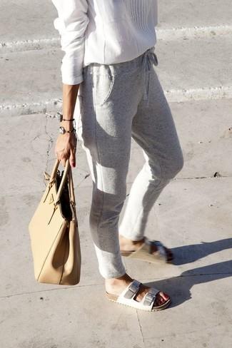 Cómo combinar: blusa campesina blanca, pantalón de chándal gris, sandalias planas de cuero blancas, bolsa tote de cuero marrón claro