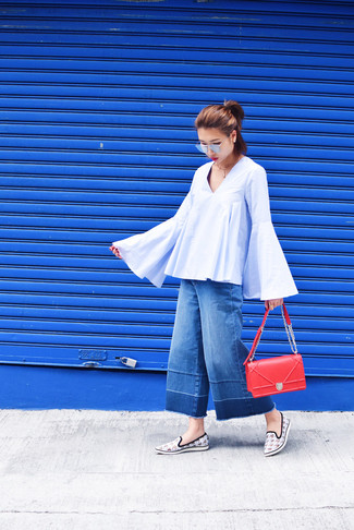 Cómo combinar: blusa campesina celeste, falda pantalón vaquera azul, zapatillas slip-on de pata de gallo blancas, bolso bandolera de cuero rojo