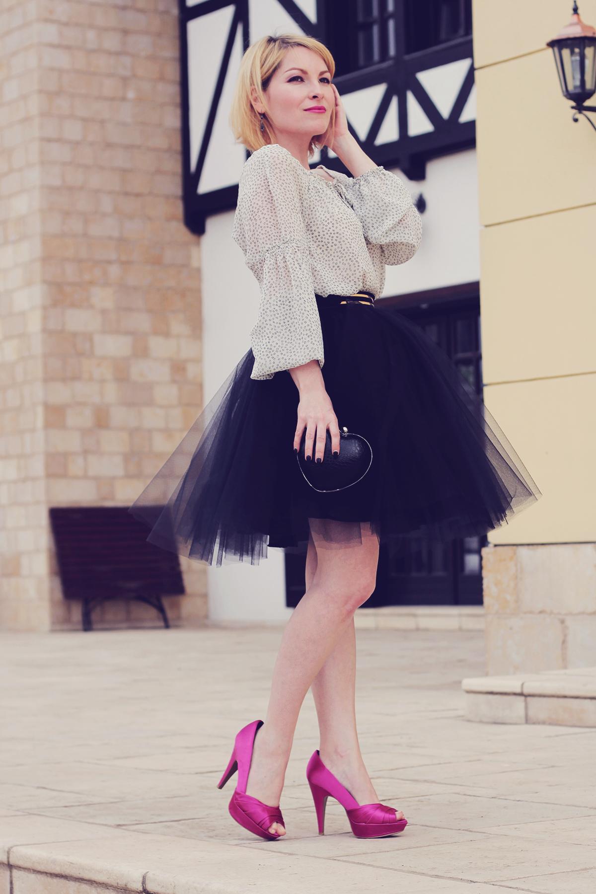 e0962c018 Cómo combinar una falda campana de tul negra (4 looks de moda ...