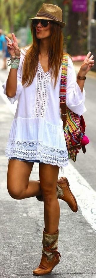 Muestra tu lado lúdico con una blusa campesina de crochet blanca y una pulsera multicolor. ¿Te sientes ingenioso? Dale el toque final a tu atuendo con botas a media pierna de cuero marrónes.