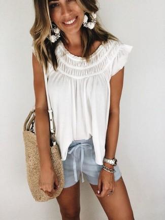 Cómo combinar: blusa campesina blanca, pantalones cortos celestes, bolsa tote de paja marrón claro, pulsera plateada