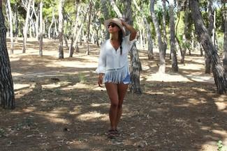 Cómo combinar: blusa campesina blanca, pantalones cortos vaqueros celestes, sandalias planas de cuero negras, sombrero de paja en beige