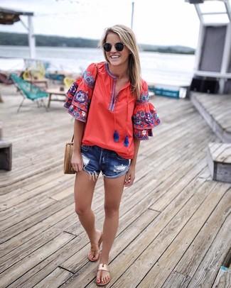 Cómo combinar: blusa campesina bordada roja, pantalones cortos vaqueros desgastados azules, sandalias de dedo de cuero marrón claro, bolso bandolera de cuero marrón claro