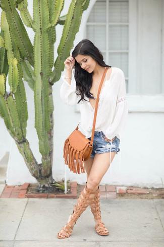 Cómo combinar: blusa campesina blanca, top de bikini de crochet blanco, pantalones cortos vaqueros desgastados azules, sandalias romanas altas de cuero marrón claro