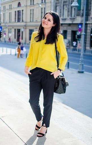 Cómo combinar: blusa de botones amarilla, pantalón de vestir negro, sandalias de tacón de ante negras, bolso bandolera de cuero acolchado negro