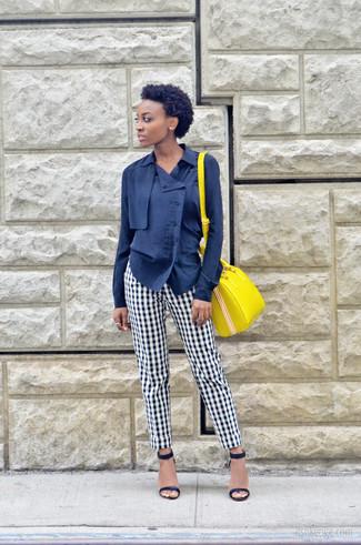 Cómo combinar un bolso de hombre de cuero amarillo: Una blusa de botones azul marino y un bolso de hombre de cuero amarillo son una opción buena para el fin de semana. Sandalias de tacón de cuero azul marino son una opción práctica para completar este atuendo.