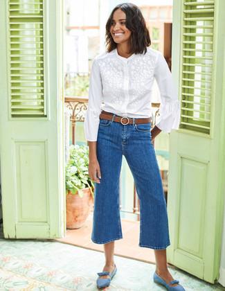 Cómo combinar: blusa de botones bordada blanca, falda pantalón vaquera azul, bailarinas de ante celestes, correa de cuero marrón