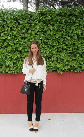 Look de moda Blusa de Botones Blanca, Pantalones Pitillo Negros, Alpargatas Negras y
