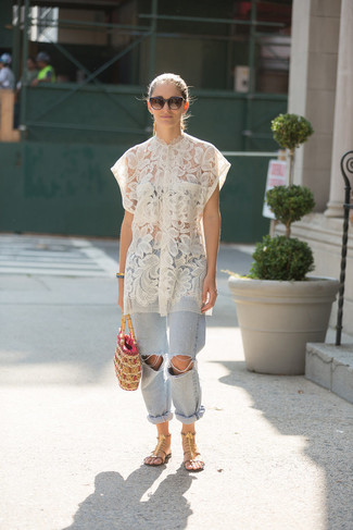 Cómo combinar: blusa de botones de encaje blanca, vaqueros boyfriend desgastados celestes, sandalias romanas de cuero con adornos marrónes, cartera de paja marrón claro