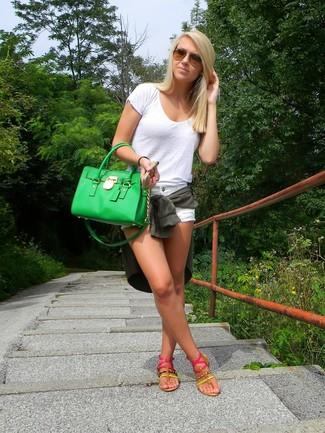 Cómo combinar: blusa de botones verde oscuro, camiseta con cuello circular blanca, pantalones cortos vaqueros blancos, sandalias de dedo rosa