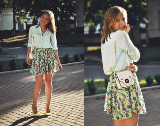 Casa una blusa de botones celeste con una falda skater de flores multicolor para lidiar sin esfuerzo con lo que sea que te traiga el día. Completa tu atuendo con zapatos de tacón de cuero amarillos para destacar tu lado más sensual.