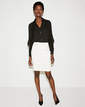 Elige una apariencia sofisticada en una blusa de botones de gasa negra y una falda lápiz blanca. Zapatos de tacón de cuero negros son una opción inigualable para complementar tu atuendo.