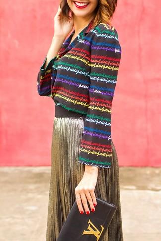 Cómo combinar: blusa de botones de rayas horizontales en multicolor, falda midi plisada dorada, cartera sobre de cuero negra