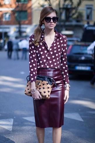 cb1cdc090 Cómo combinar una falda lápiz burdeos con una blusa de botones de ...