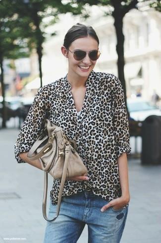 Cómo combinar: blusa de botones de leopardo en beige, vaqueros boyfriend desgastados azules, bolso de hombre de cuero en beige, gafas de sol en marrón oscuro