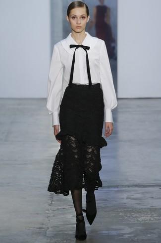 Cómo combinar: blusa de botones en blanco y negro, falda midi de encaje negra, zapatos de tacón de ante negros, medias negras