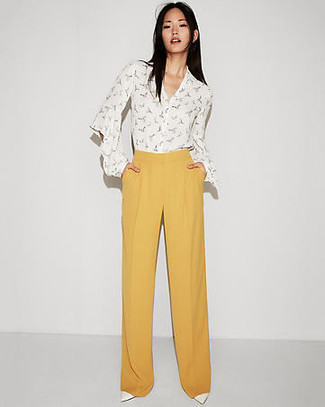 Unos Zapatos De Tacon De Vestir Con Unos Pantalones Anchos Amarillos Para Mujeres De 20 Anos En Primavera 2021 2 Outfits Lookastic Espana