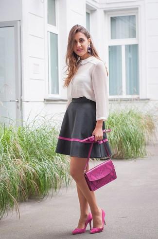 Cómo combinar: blusa de botones de gasa blanca, falda campana negra, zapatos de tacón de ante morado, bolso bandolera de cuero morado