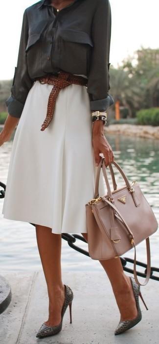Cómo combinar: blusa de botones en gris oscuro, falda campana blanca, zapatos de tacón de cuero en gris oscuro, bolso de hombre de cuero en beige