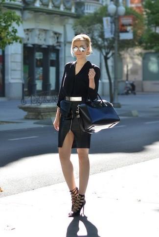 Cómo combinar: blusa de botones de seda negra, falda lápiz de cuero negra, sandalias de tacón de cuero negras, bolso deportivo de cuero negro